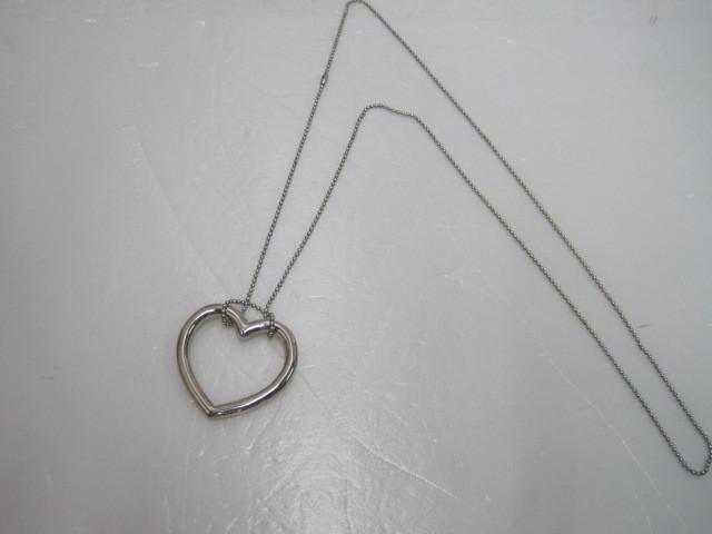 详细说明   心形明日环 钢圈为无缝合金环,链子用极细的小颗粒钢珠组成,甚至可以当项链戴,效果很强! 《明日环》 一个因爱情而美丽的魔术!魔术师把钢圈从上落下,钢圈自动套进魔链中形成魔结,钢圈套成的魔结还可以从魔术师手中自动解除,而观众不管用什么方式钢圈都套不进链中,此道具可交于观众检查~ 这款是比较时尚的随时随地无任何限制的魔术,表演效果惊人,近景,互动性强,道具什么均可检查的,又容易学习,新接触魔术的朋友,这款就放心买吧,你一定会喜欢的~.