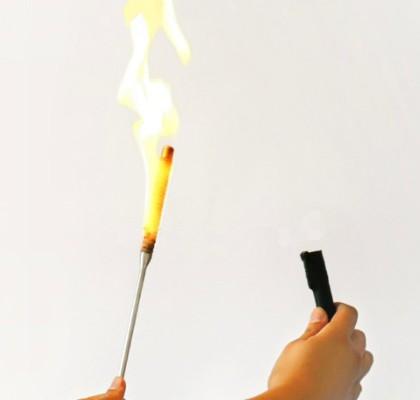突然火把哗的一下消失了,变成了一根超过一米长的金属棍.